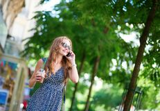 女孩发表演讲关于手机 免版税库存照片
