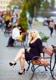 可爱的超重妇女在城市 免版税库存图片