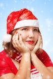 圣诞老人衣服的妇女在周道的姿势 免版税库存照片