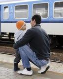 父亲和儿子火车站的 免版税库存图片