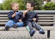 有冰淇凌的孩子 免版税库存图片