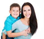 有儿子的愉快的微笑的年轻母亲 库存图片