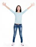 一名美丽的年轻愉快的妇女的充分的画象用被举的手 免版税库存照片