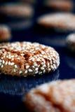 与芝麻籽的可口曲奇饼 免版税库存图片