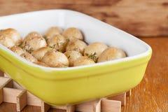 烤婴孩土豆用麝香草 免版税图库摄影