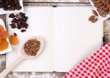 与蛋糕成份的空白的食谱书 免版税库存图片