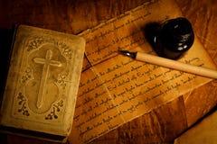与老信件的祈祷书 图库摄影