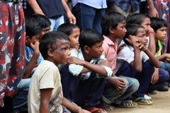 在街道上的可怜的印地安孩子 图库摄影
