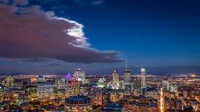 蒙特利尔地平线的鸟瞰图在晚上 免版税库存图片