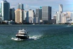 游艇和城市海岸 免版税库存照片