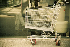 Пустая вагонетка магазинной тележкаи внешняя. Магазин и розница рынка. Стоковые Изображения