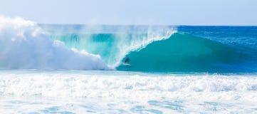 冲浪者凯利铺瓦工冲浪的管道在夏威夷 免版税库存图片