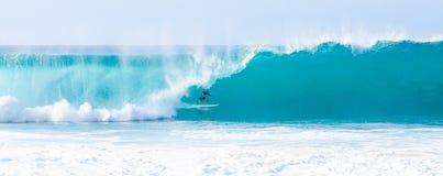 冲浪者凯利铺瓦工冲浪的管道在夏威夷 免版税图库摄影
