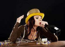 庆祝除夕的醉酒的少妇。 免版税库存照片