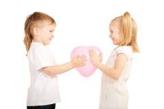 拿着心脏,情人节概念的小孩。 免版税库存图片