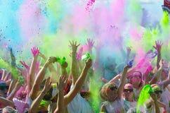 米尼亚波尼斯颜色跑与参加者 免版税库存图片