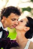 亲吻新郎的新娘 免版税库存照片