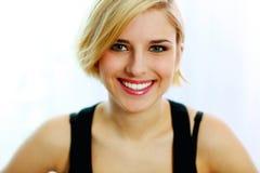 在白色背景隔绝的年轻微笑的妇女 免版税库存照片