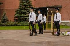 在克里姆林宫墙壁的俄国战士仪仗队。无名英雄墓在亚历山大公园在莫斯科。 免版税库存图片