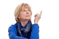 Ώριμη γυναίκα που σκέφτεται απομονωμένη στο άσπρο υπόβαθρο Στοκ Εικόνα