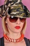 有军队帽子和太阳镜的女孩 免版税库存照片