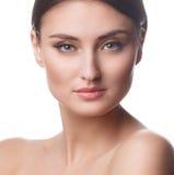 Πορτρέτο γυναικών ομορφιάς της όμορφης εύθυμης απόλαυσης κοριτσιών εφήβων με τη μακριά καφετιά τρίχα και το καθαρό δέρμα που απομο Στοκ εικόνες με δικαίωμα ελεύθερης χρήσης
