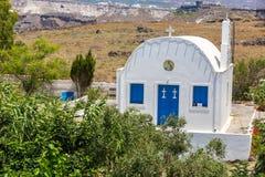 在圣托里尼海岛,克利特,希腊上的最著名的教会。古典正统希腊教会钟楼和圆屋顶  图库摄影