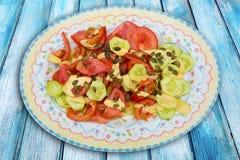 Μεσογειακή σαλάτα με τους σπόρους κολοκύθας αγγουριών ντοματών Στοκ Φωτογραφίες