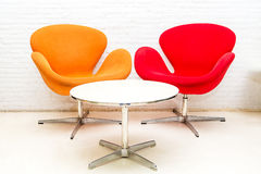现代内部桌和两把椅子 库存照片