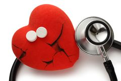 红色心脏、听诊器和药片 库存图片
