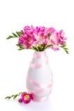 Ρόδινα λουλούδια σε ένα άσπρο βάζο που διακοσμείται με την κορδέλλα Στοκ φωτογραφίες με δικαίωμα ελεύθερης χρήσης