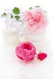 与在白色-隔绝的毛巾的玫瑰油 免版税库存照片