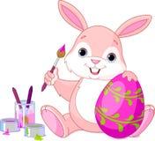 绘复活节彩蛋的兔宝宝 免版税库存图片