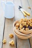 与坚果和巧克力的格兰诺拉麦片早餐 图库摄影