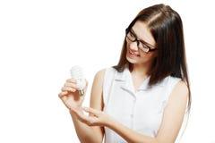 拿着节能灯的妇女 免版税库存图片