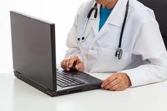 医生和膝上型计算机 库存图片