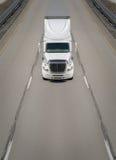 在高速公路的运输卡车 免版税库存图片