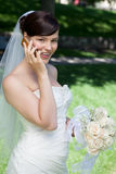 使用手机的愉快的新娘 免版税图库摄影