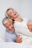 一起笑资深的夫妇 库存照片