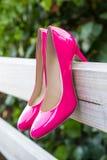 在篱芭的桃红色鞋子 免版税库存图片