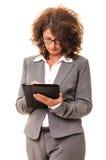 在片剂个人计算机的女商人文字 库存照片