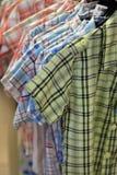 五颜六色的棉布衬衣 免版税库存照片