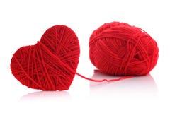 羊毛毛线在心脏形状标志的 库存图片