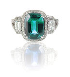 与蓝绿色宝石中心石头的美好的钻戒 库存图片
