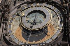 天文学时钟在老镇中心;凝视梅斯托邻里; 库存图片