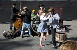 街道音乐家和舞蹈家 免版税库存照片