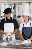 揉面团的厨师在厨房里 免版税库存图片