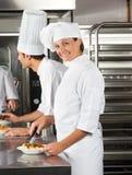 Θηλυκός αρχιμάγειρας που εργάζεται στην κουζίνα εστιατορίων Στοκ Εικόνες