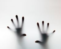 Χέρια σχετικά με το παγωμένο γυαλί. Εννοιολογική κραυγή για τη βοήθεια Στοκ Φωτογραφίες