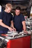 Механик на работе в магазине Стоковая Фотография